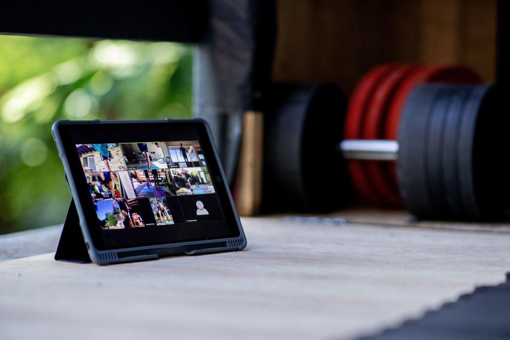 El kayakista australiano Murray Stewart participa en una llamada de Zoom con otros atletas para una sesión de fuerza y acondicionamiento en aislamiento en su gimnasio temporal en su casa el 8 de mayo de 2020 en Sydney, Australia.