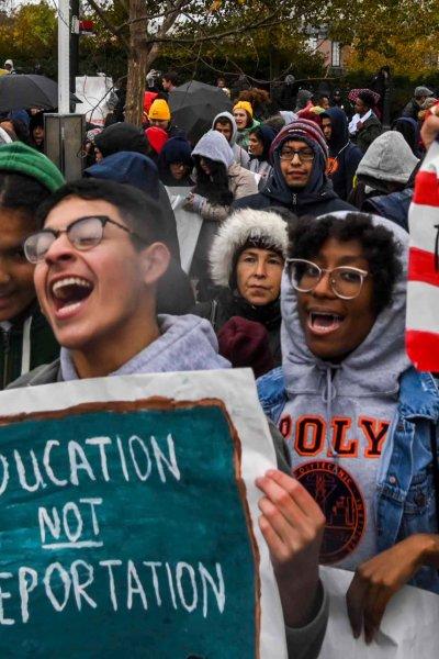 Jovenes dreamers en una protesta