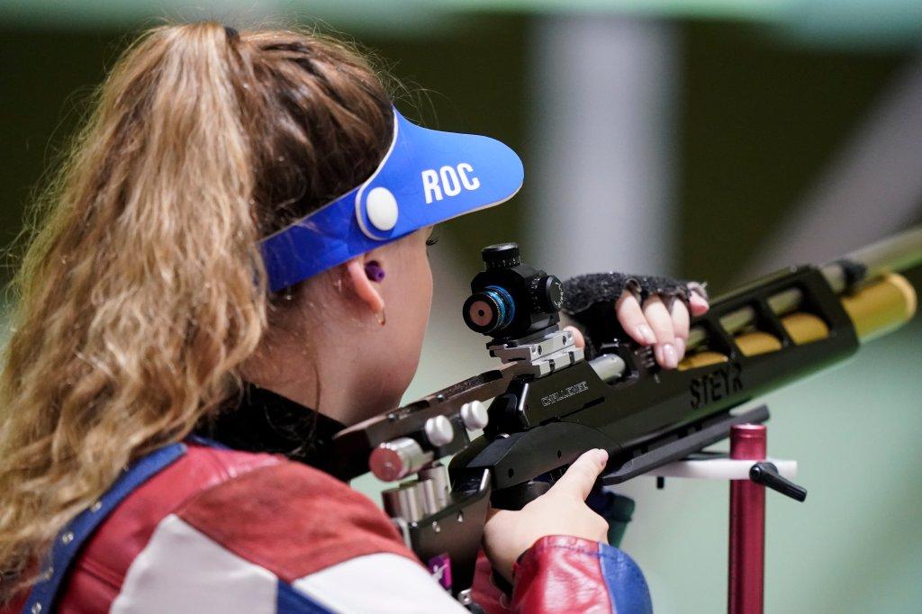 Anastasia Galaschina vom Russischen Olympischen Komitee tritt bei den Olympischen Sommerspielen 2020 am Samstag, den 24. Juli 2021 in Tokio, Japan, im 10-Meter-Luftgewehr der Frauen auf dem Asaka-Schießstand an.