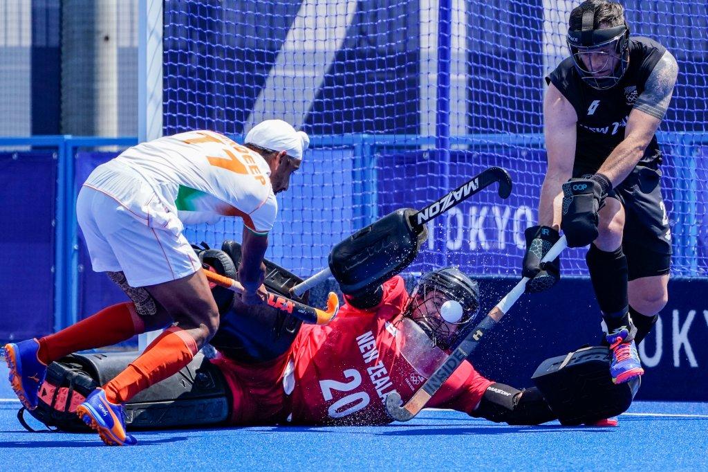 Indiens Mittelfeldspieler Sumit (17) trifft während des Feldhockeyspiels der Männer bei den Olympischen Sommerspielen 2020 am Samstag, 24. Juli 2021, in Tokio, Japan, einen Schuss auf den neuseeländischen Torhüter Leon Hayward (20).
