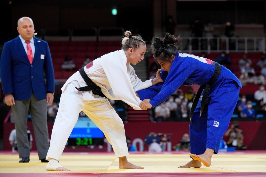 Irina Dolgova vom Russischen Olympischen Komitee (links) und Sonya Bhata aus Nepal treten beim Judo-Match der Frauen unter 48 kg bei den Olympischen Spielen 2020 am 24. Juli 2021 in Tokio, Japan, an.
