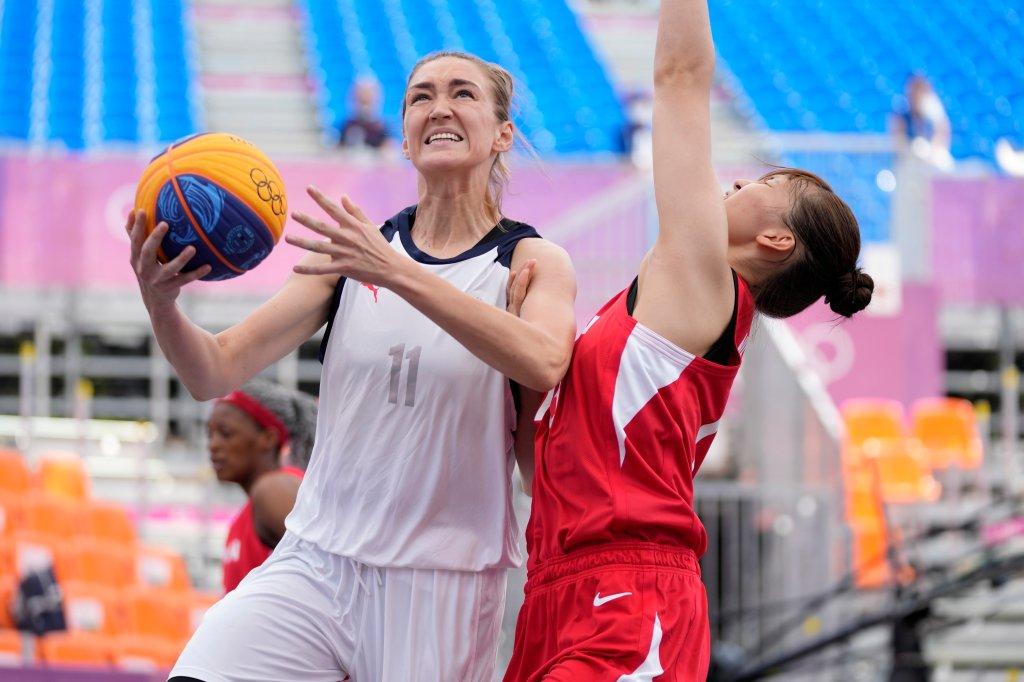 Anastasia Logunova vom Russischen Olympischen Komitee (links) rennt zum Korb, während die Japanerin Mio Shinozaki (rechts) während eines 3-gegen-3-Basketballspiels der Frauen bei den Olympischen Sommerspielen 2020 am Samstag, 24. Juli 2021, in Tokio, Japan, verteidigt.
