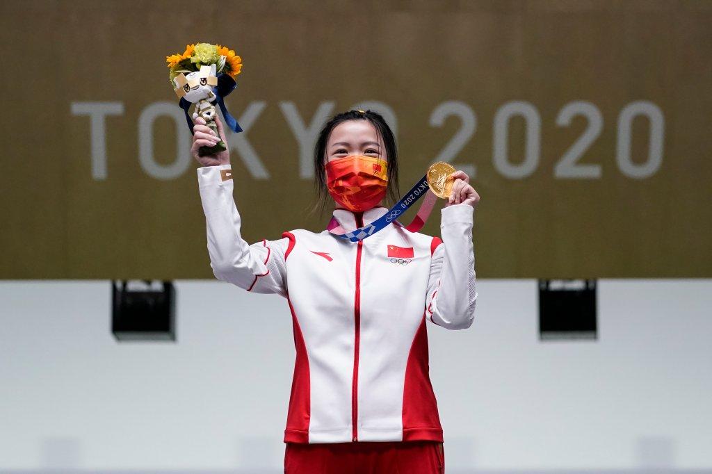 Qian Yang, China, holt Gold nach dem Gewinn des 10-m-Luftgewehrs der Frauen auf dem Asaka-Schießstand bei den Olympischen Sommerspielen 2020 am Samstag, 24. Juli 2021, in Tokio, Japan.