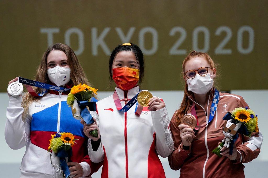 Die Silbermedaillengewinnerin Anastasia Galaschina (links) des Russischen Olympischen Komitees, die Goldmedaillengewinnerin Yang Qian aus China (Mitte) und die Bronzemedaillengewinnerin Nina Christine aus der Schweiz stehen nach dem 10-Meter-Luftgewehr der Frauen auf dem Asaka-Schießstand bei den Olympischen Sommerspielen 2020 , Samstag, 24. Juli 2021, in Tokio, Japan.