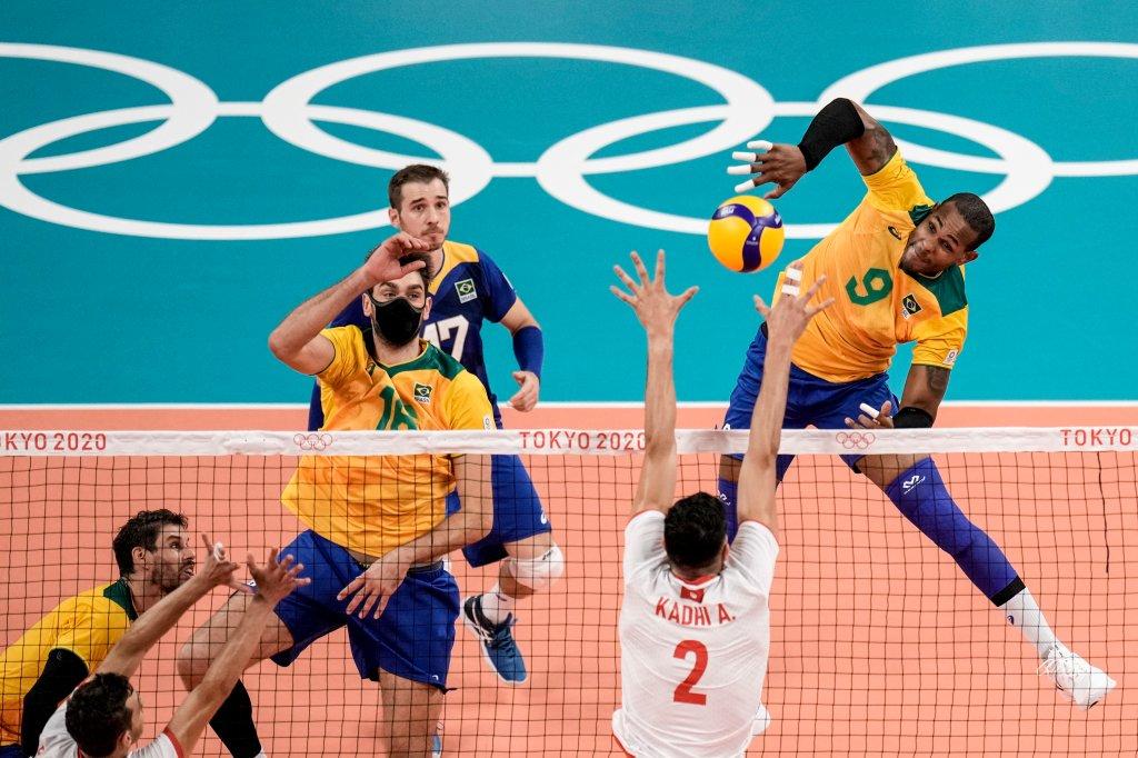 Der Brasilianer Yoande Lille Hidalgo, rechts, klettert den Ball während des Vorrundenspiels der Herren-Volleyball-Gruppe B zwischen Brasilien und Tunesien bei den Olympischen Sommerspielen 2020 am Samstag, 24. Juli 2021, in Tokio, Japan.