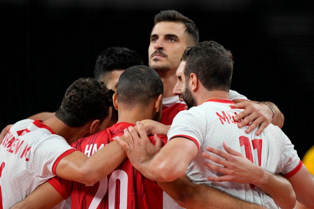 Tunesiens Spieler interagieren während des Vorrundenspiels der Herren-Volleyball-Gruppe B zwischen Brasilien und Tunesien bei den Olympischen Sommerspielen 2020 am Samstag, 24. Juli 2021, in Tokio, Japan.