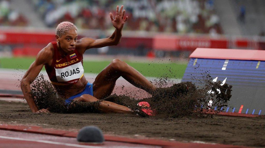 La venezolana Yulimar Rojas compite en las rondas preliminares del grupo A de triple salto femenino durante los Juegos Olímpicos 2020, este viernes en el Estadio Olímpico de Tokio (Japón)