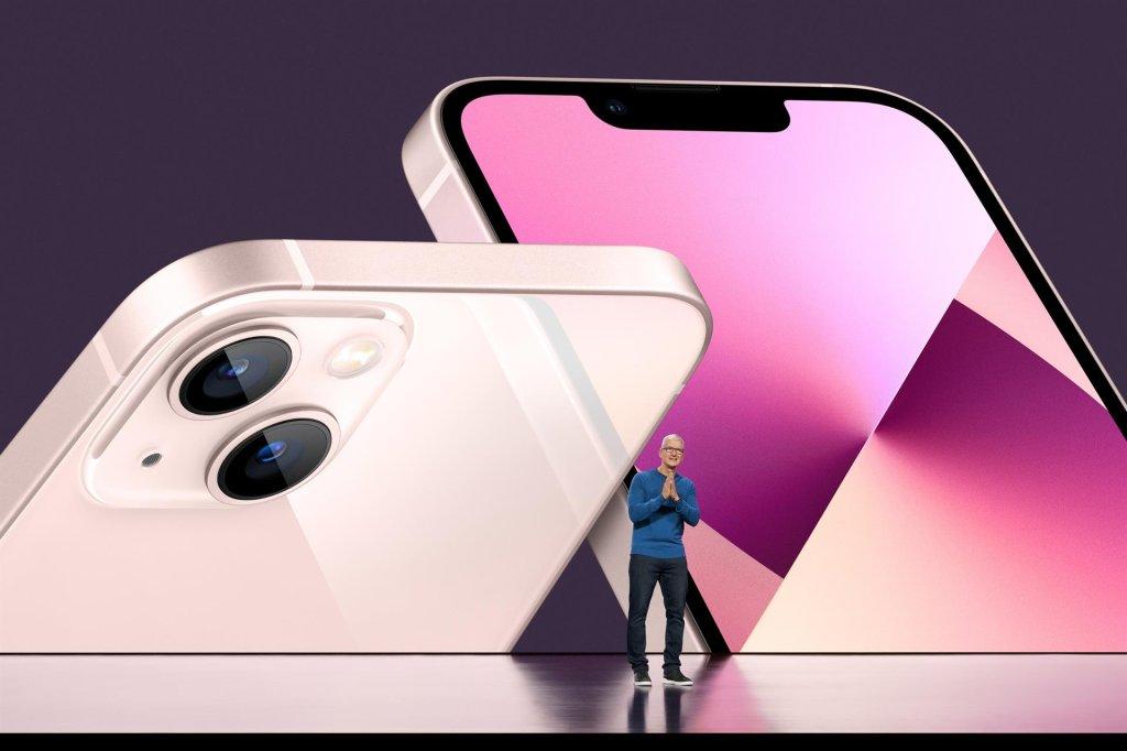 Una foto del folleto facilitada por Apple Inc. muestra al CEO de Apple, Tim Cook, presentando el nuevo iPhone 13 durante el Evento Especial de Apple en Apple Park en Cupertino, California, EE. UU., 14 de septiembre de 2021.